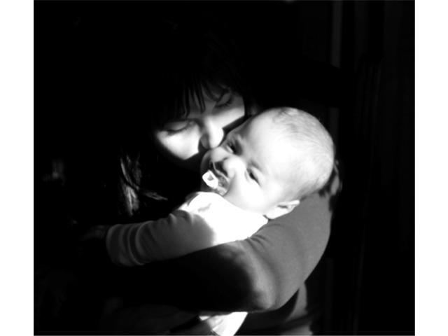 bebe_maman_noir_blanc_mere_enfant_calin_amour
