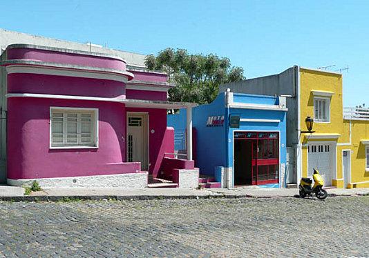Maisons-couleurs-vives-Colonia