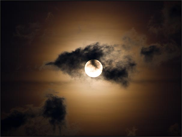 http://arbrealettres.files.wordpress.com/2009/09/pleine-lune-nuages.jpg