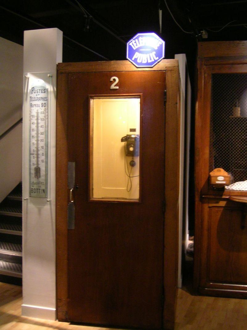 Musee_de_la_poste_telephone_public