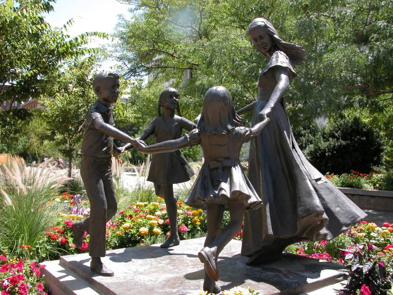 Statue_Mère_et_enfants_Temple_Square