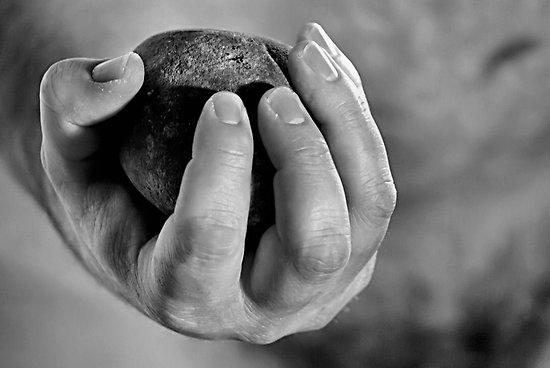 pierre dans la main