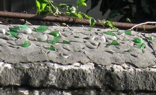 Morceaux-de-verre-sur-les-murs