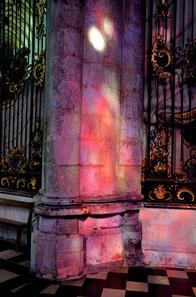 reflets-des-vitraux-sur-un-pilier