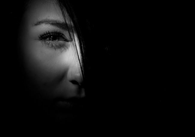 femme-visage-penombre-photo