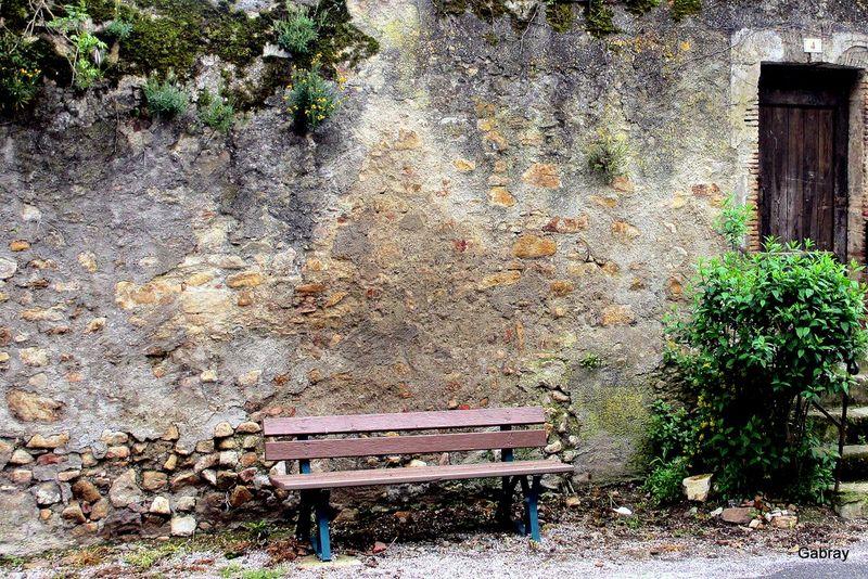 banc-et-vieux-mur-800x600